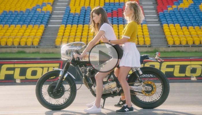 Sexi kobieta na motocyklu z