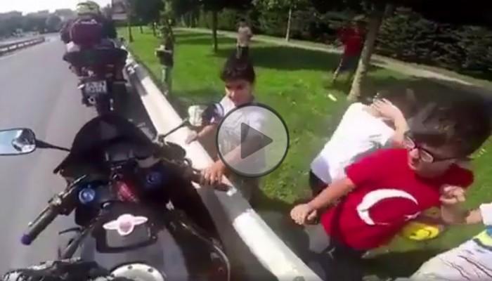 Motocyklista i ciekawskie dzieciaki