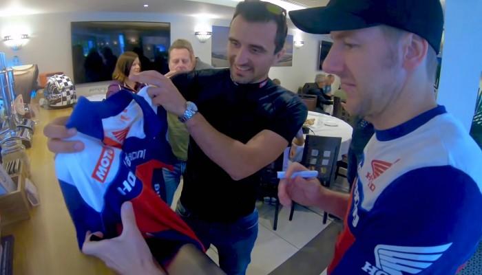 Barry poprosil Hutchinsona o autograf na koszulce Honda Racing z