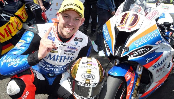 Peter Hickman na oponach Dunlop wygrywa swój trzeci wyścig TT na wyspie Man