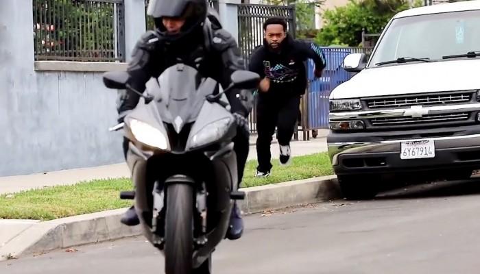 Motocyklowy Uber ucieczka z