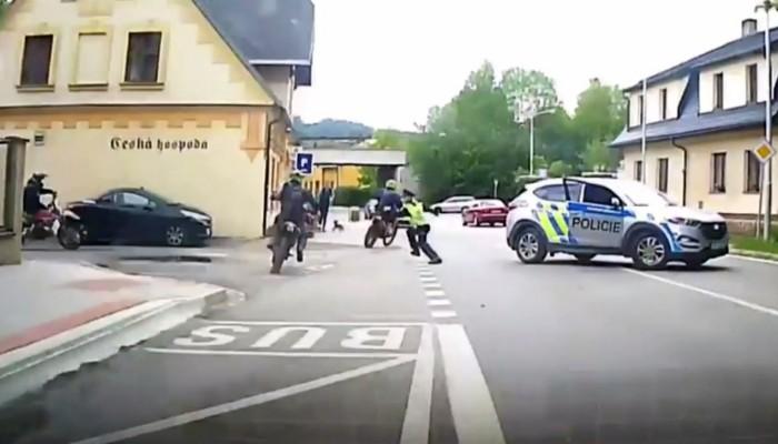 Czeska policja kontra grupa motocyklistow na enduro z