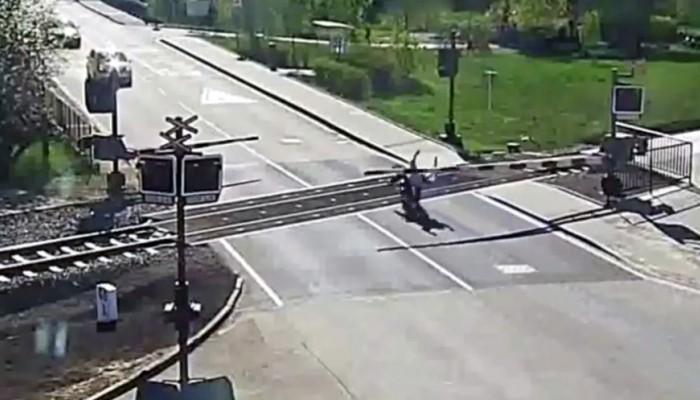 motocyklista kontra szlaban z