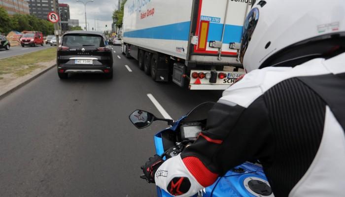 Jazda motocyklem w korku: między autami czy po pasie awaryjnym?