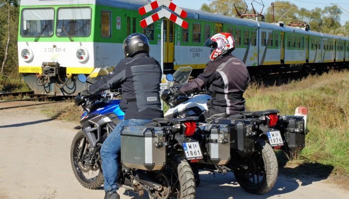 motocykle przejazd kolejowy z