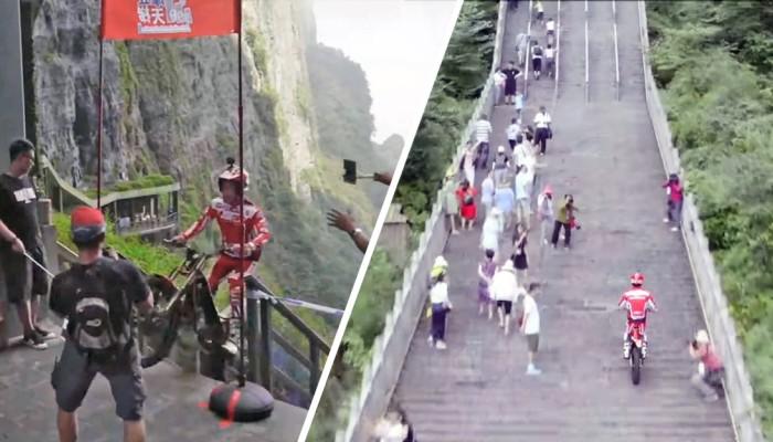 Motocyklem po schodach? Ten Chińczyk robi to jak mistrz! [FILM]