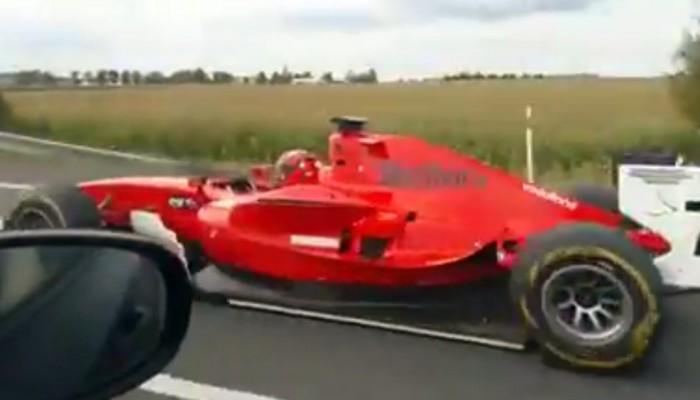 bolid F1 na autostradzie z