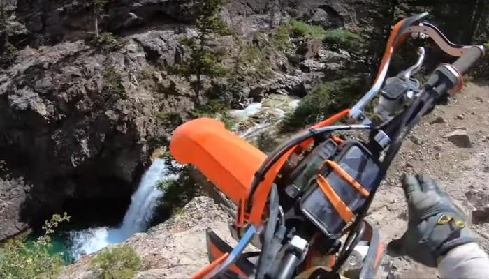 Motocykl wylądował w górskiej rzece, kierowca wygrał drugie życie [VIDEO]