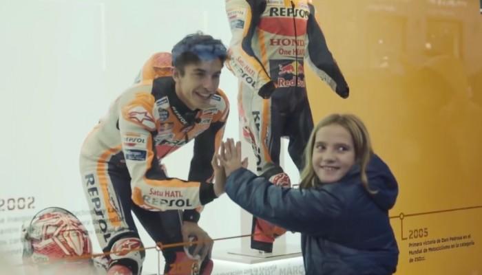 Marc Marquez wkręca przechodniów na wystawie sklepowej [VIDEO]