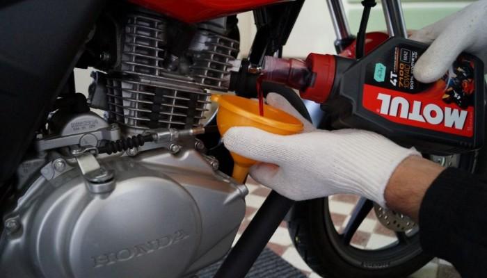 Serwis motocykla zimą. Jak wymienić olej