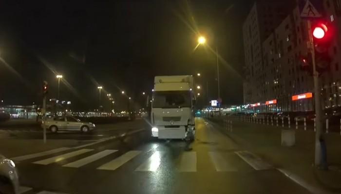 Ciężarowa szarża na podwójnym gazie. Przerażające nagranie z Warszawy [FILM]