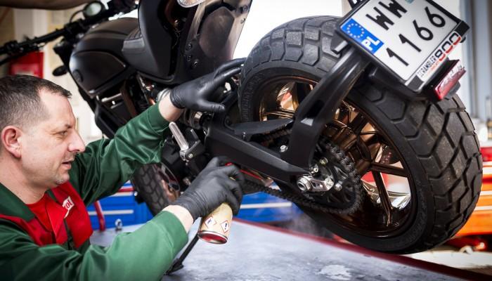 Czyszczenie i smarowanie motocykla. Zadbaj o swój sprzęt przed sezonem!
