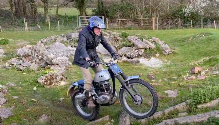86-letni Sammy Miller wciąż trenuje na motocyklu trialowym! [VIDEO]