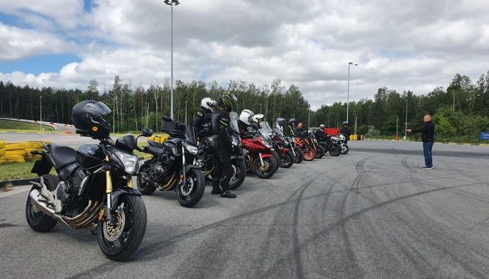 Podstawowe szkolenia motocyklowe - obowiązkowe nie tylko dla początkujących [FELIETON]