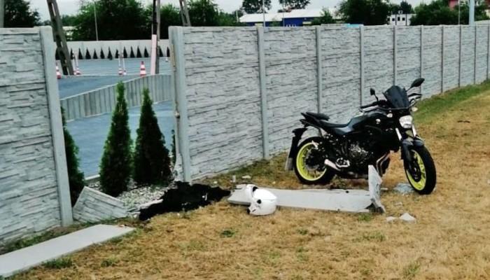Puławy: kursantka przebiła motocyklem betonowy płot. Pomyliła manetki