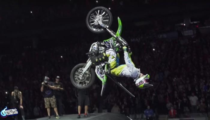 Sparaliżowany Bruce Cook kręci backflipy motocyklem w Nitro Circus [VIDEO]