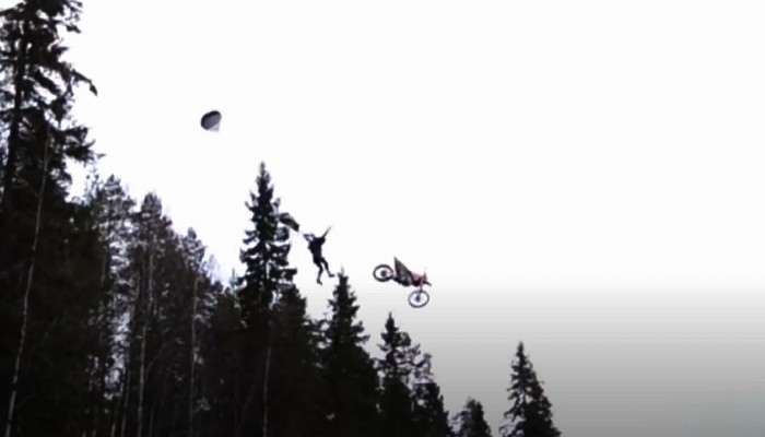 Skok motocyklem do rzeki na spadochronie - szalony freestyle Antti Pendikainena ze Stunt Freaks Team w Finlandii