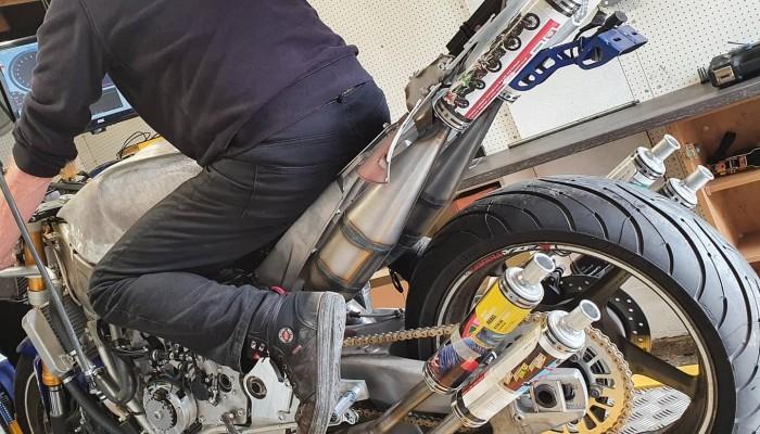 Motocykl dwusuwowy o pojemności 1200 ccm. Tak brzmi na hamowni!