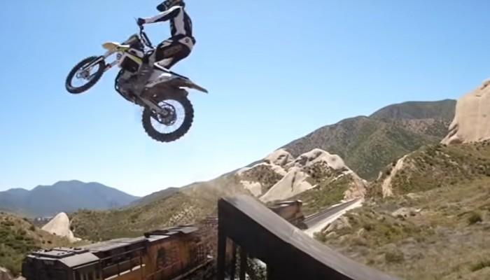 Skok motocyklem nad jadącym pociągiem. A to nie najbardziej szalony skok Colbyego Raha!