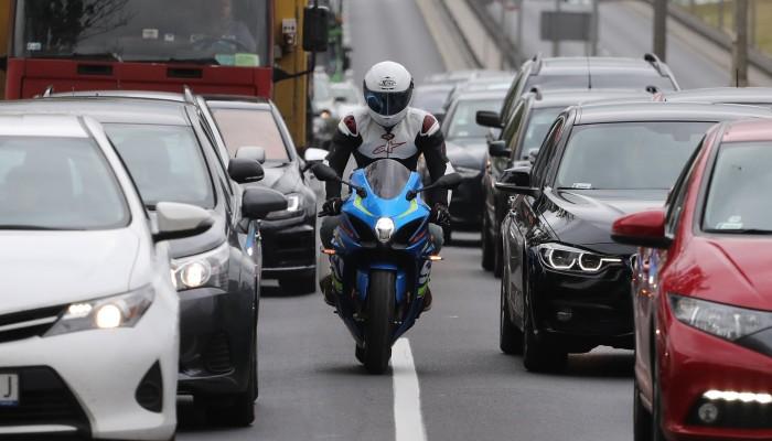 Czy przeciskanie się motocyklem między samochodami powinno byćuregulowane prawnie? Francuski eksperyment