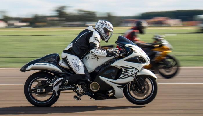 Suzuki Hayabusa, czyli 300 km/h w 7 sekund! Dlaczego tak głośno o tym motocyklu? Opinie 3 zawodników i garść historii