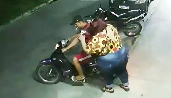 gruby pasazer na skuterze wheelie i wypadek z