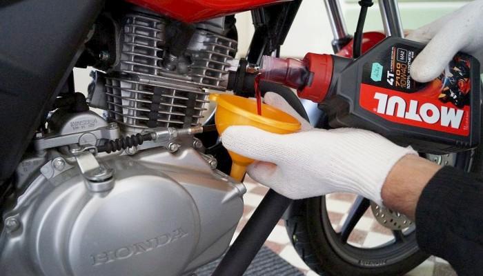 Wymiana oleju w motocyklu. Co zrobić ze zużytym olejem? Jakie obowiązki, jakie kary?