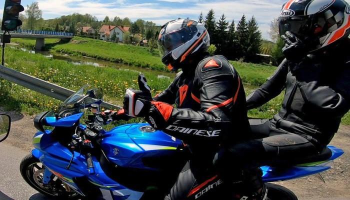Jazda motocyklem we dwoje z pasażerem. Podstawowe zasady, jak się przygotować?