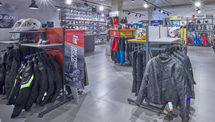 Ubrania dla motocyklistki w cenach, które nie zrujnują portfela. Propozycja Ścigacz.pl i Liberty Motors