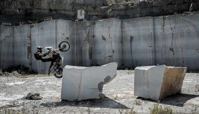 Trial na motocyklach adventure, czyli waga ciężka oderwana od ziemi [VIDEO]