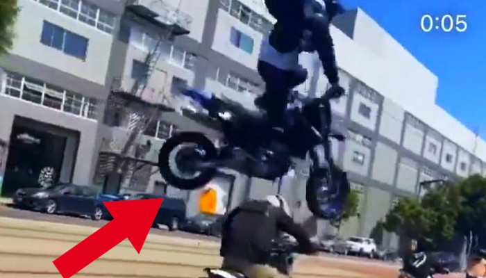 Motocyklista staranował inny jednoślad. Ale nie doszło do wywrotki, tylko widowiskowego skoku