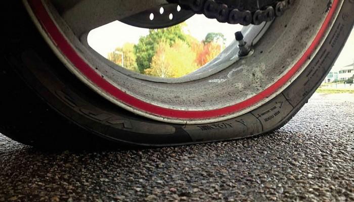 Przebicie opony motocyklowej w trasie. Co robić? Jak naprawić?