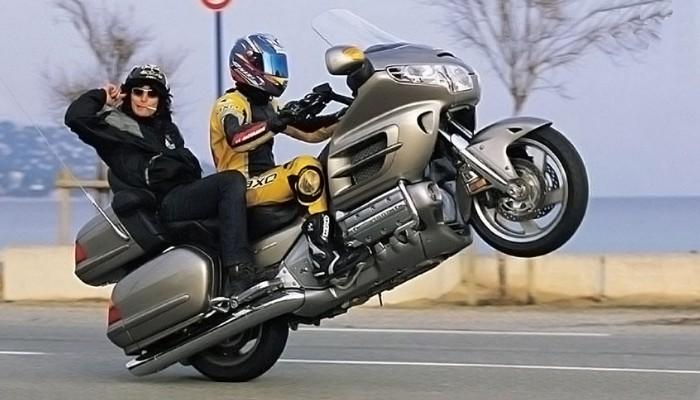 Jazda na kole, palenie gumy, głośne wydechy. Czym jest motocyklowe barbarzyństwo?