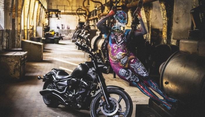 Kalendarz Śląskich Motocyklistek na 2022 rok. Motocykle i sztuka na jednym zdjęciu
