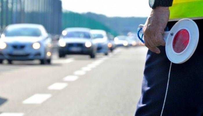 Jazda na zderzaku może słono kosztować. Jak policja mierzy odległość między pojazdami?