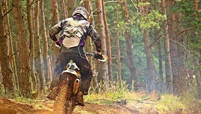 motocykle w lesie uzdrowiska beskidu z