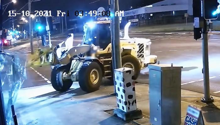 zlodziej wlamuje sie maszyna budowlana i kradnie motocykle z