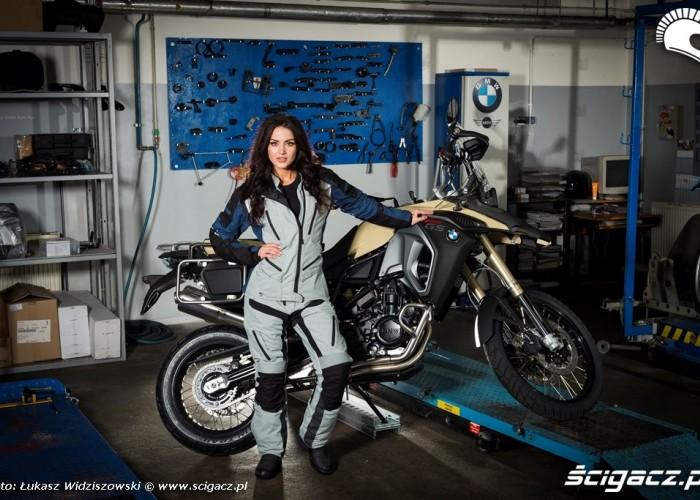 Piekna dziewczyna serwis motocyklowy