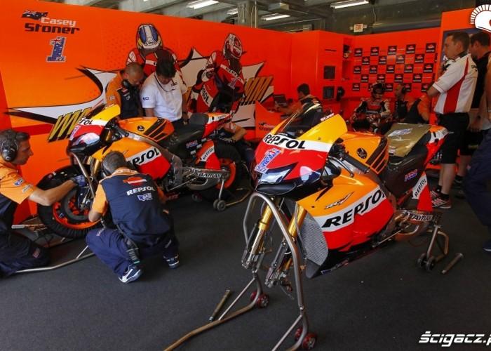 motocykle w paddocku