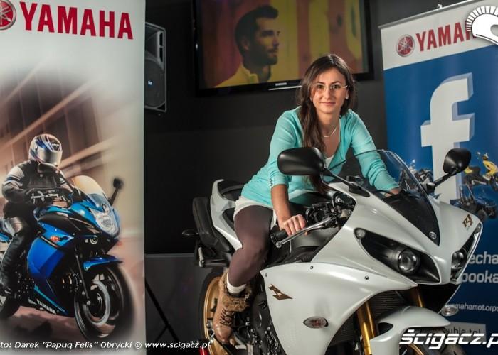 Biala Yamaha R1 brunetka