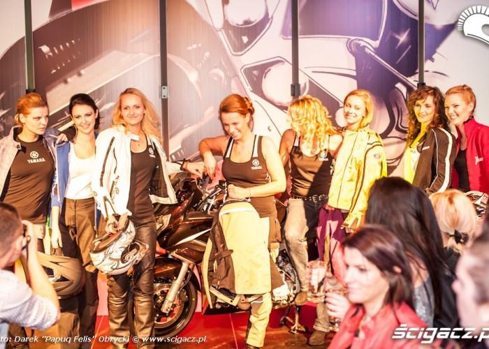 Kobiety motocyklistki pokaz mody
