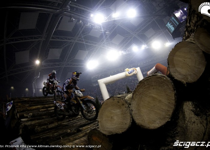Ivan Cervantes na drewnianych belkach