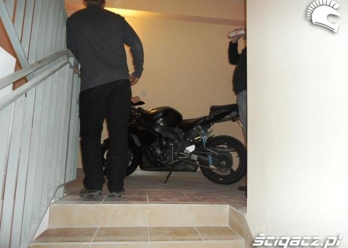 moto na schodach