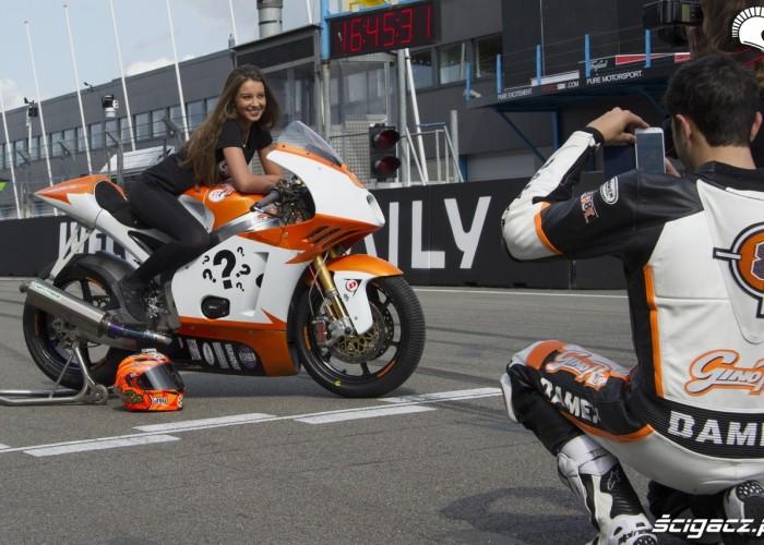 brunetka na motocyklu