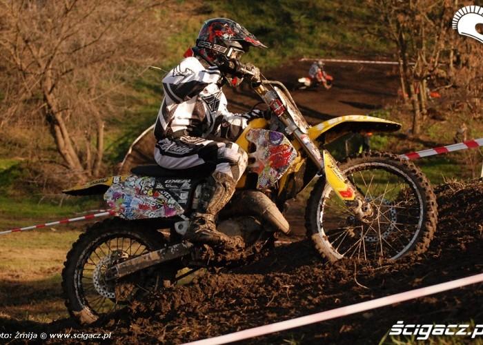 Dziewczyna w motocrossie