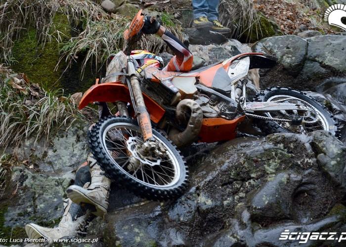 Enrique Caballero przygnieciony motocyklem