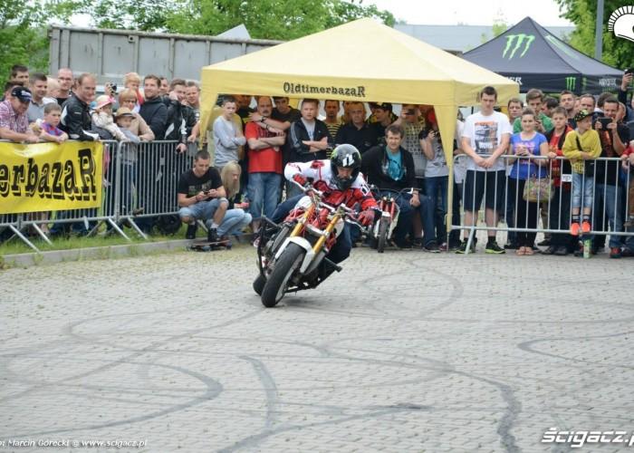 Pokaz stuntu Oldtimerbazar
