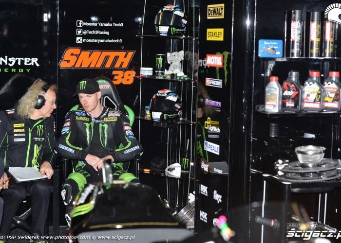 Bradley Smith duskutuje z mechanikiem