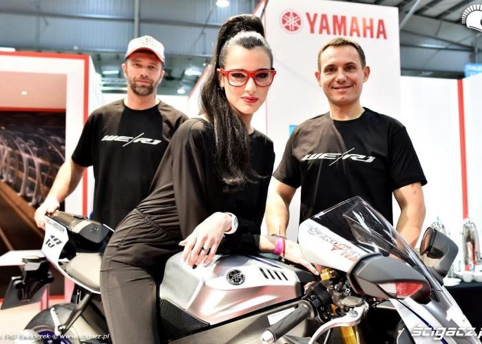 Zawodnicy i dziewczyny Wystawa motocykli i skuterow 2015