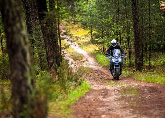 motocyklem po lesie multistrada 1260s